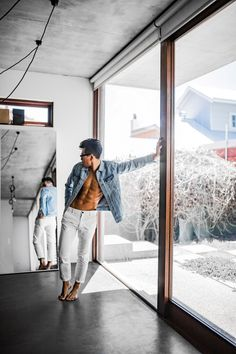 Mens Minimalist Fashion - My Minimalist Living Mode Masculine, Fotografia Tutorial, Portrait Photography Men, Buy Jeans, Denim Jacket Men, Male Poses, Gentleman Style, Scandinavian Style, Minimalist Fashion