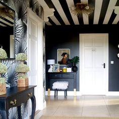 Striped ceiling and black walls Striped Ceiling, Accent Ceiling, White Ceiling, Striped Walls, Black Walls, Wallpaper Ceiling, Pinterest Home, Ceiling Design, Ceiling Paint Ideas