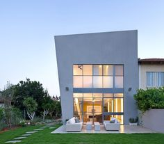 Modern and Minimalistic Design With Asymmetric Shape in Herzlyia, Israel