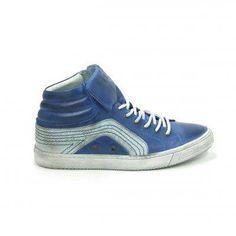 Mooie laarzen van het merk Aqa, model A1841! Uitgevoerd in blauw glad leer in combinatie met wit leer met opvallende blauwe stiksels. De tong kan zowel naar binnen als naar buiten gedragen worden voor een stoer effect, met een groot logo van Aqa op de tong. Deze gympen worden gesloten met een leren veter. Deze herenschoenen zijn helemaal van leer met een stevige rubber zool. Nu online te bestellen via Shoehoo.nl Aqa, High Tops, High Top Sneakers, Shoes, Fashion, Moda, Zapatos, Shoes Outlet