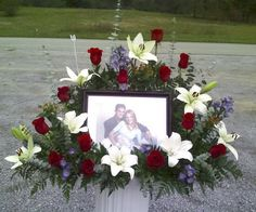 """~ Photo Funeral Flowers Tribute -- Photo Funeral Tribute """"A special photo can be a work of art"""" Grave Flowers, Altar Flowers, Church Flowers, Funeral Flowers, Arrangements Funéraires, Funeral Flower Arrangements, Casket Sprays, Cemetery Decorations, Funeral Tributes"""