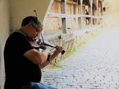Un entuziast al muzicii de stradă. Wood Watch, Pictures, Wooden Watch, Wooden Clock