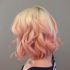 capelli con le meches rosa