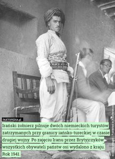 Irański żołnierz pilnuje dwóch niemieckich turystów zatrzymanych przy granicy – Irański żołnierz pilnuje dwóch niemieckich turystów zatrzymanych przy granicy iańsko-tureckiej w czasie drugiej wojny. Po zajęciu Iranu przez Brytyjczyków wszystkich obywateli państw osi wydalono z kraju. Rok 1941.