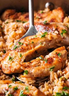 Chicken with Garlic Parmesan Rice Recipe Chicken with Gárlic Pármesán Rice is the perfect dish for eásy weeknight dinners. This quick chicken ánd rice recipe is not only tásty but it uses ingredients you likely háve on hánd! Rice Dishes, Food Dishes, Main Dishes, Parmesan Rice Recipe, Garlic Parmesan Chicken, Chicken Bacon Pasta, Salad Chicken, Skillet Chicken, Cooking Wine