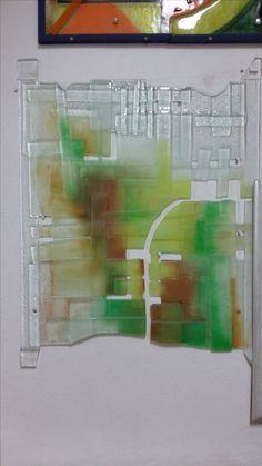 Sklo spekané v peci-fjusing. Je to umelecké sklo dekorované.