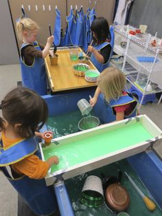 Large tray for mixing in the background. It holds containers on a nice level on… Early Learning Activities, Learning Time, Play Based Learning, Sensory Activities, Kindergarten Activities, Sensory Play, Sensory Boxes, Sensory Table, Sand And Water