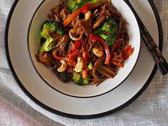 Kasvisvokkiin saa lisää proteiinia nyhtökaurasta, jolla voi korvata lihan tai kanan. Ruokaan voit käyttää myös maustettua nyhtökauraa.
