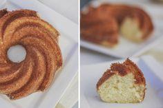 Hum este é um bolo muito gostoso e prático, fica pronto rapidinho. Eu adoro, sempre que quero um bolo rápido e delicioso, eu faço ele. Ele fica suuuper macio e é ótimo para comer quentinho num café…