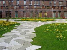 Prijswinnende Parksteen in Funenpark met narcissen in bloei