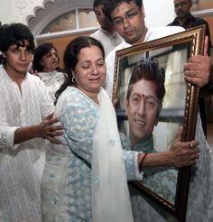 Vijeta Pandit breaks down at husband Aadesh Shrivastava's prayer meet