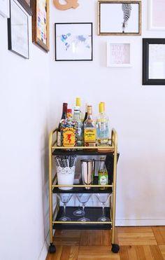50 Creative Diy College Apartment Decoration Ideas On A Budget - Decoralink College Girl Apartment, College Living Rooms, Apartment Bar, College House, College Apartments, Apartment Living, Apartment Therapy, College Bedrooms, Cheap Apartment