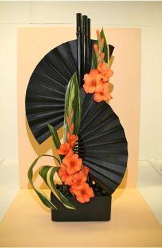 Arreglo con gladiolos, los abanicos se pueden sustituir por 2 hojas de palma recortadas a darles esa forma.