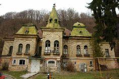 Erdély, Borpatak, Pokol-kastély 1903-ban építette az  aranybánya-tulajdonos Pokol Elek. Az egykor pompázatosan szép kastély mára már önmaga árnyéka.  A városgazdák panaszt nyújtottak be a Megyei Tanács és a Kulturális Igazgatóság ellen, amiért nem intézkedik az évek óta enyésző kastély ügyében - built in 1903, by the gold mine owners Elek Pokol. The romanian Cultural Council takes no action regarding the diminishing mansion for years. In this way are dismissed the Hungarian cultural heritage :(