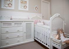 quarto infantil menina vermelho queimado e cafe alexandra abujamra 01 Decoração para quarto de bebê menina