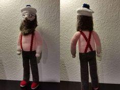 Denne hæklede Onkel Reje-dukke fra Ramasjang-serien bliver omkring 42 cm lang. Der startes med hovedet og hækles nedad.