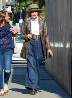 The actress plays with proportion in a major way. Instagram Mode, Instagram Fashion, Diane Keaton Suit, Outfits Inspiration, Star Fashion, Fashion Outfits, Advanced Style, Julia, Dark Wash Jeans