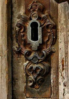 ANTIQUE KEY HOLE DOOR
