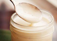 La salsa all'aglio si prepara sciogliendo il burro in padella ed unendo gli altri ingredienti. Scopri come prepararla passo passo.