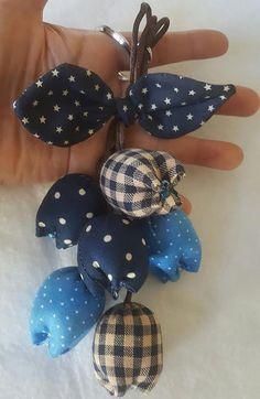 Handmade Keychain Tulip Keychain key fob flower by QuiltNCrochet Fabric Flower Brooch, Fabric Flowers, Fabric Dolls, Paper Dolls, Rag Dolls, Felt Doll Patterns, Diy Keychain, Patchwork Fabric, Ribbon Art