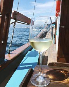Una copa de #martincodax sintiendo la brisa fresca del #mar. Quién da más? #experienciasmartincodax #vino #albariño #riasbaixas #galicia #viernes #wine #winery #winelover #winetime #sea #boat #sailing #friday #weekend #happy #happyday by bodmartincodax
