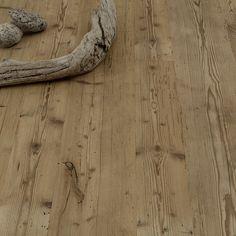 ArtNr. 36500 WILDBRETT Altholzboden Fichte-Tanne Originaloberfläche gebürstet roh. ALTHOLZBÖDEN MIT GESCHICHTE! Jahrhunderte alte Bodenbretter, Deckenbalken und Außenhölzer bilden die Basis unserer Wildbrett Altholzdielen. Bei dieser besonderen Oberfläche wird die oberste Schicht der bis zu 200 Jahre alten Originaldielen als Deckschicht für unsere Altholzböden verwendet! Die alten Dielen werden abgebürstet, Original-Gebrauchsspuren bleiben erhalten. #Parkett #Altholz #Holz #wood