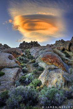 lentikuláris felhők Alabama Hills, Kalifornia