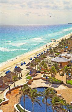 Vista detallada de una de las costas de Cancún, con sus hoteles de lujo, grandes piscinas y una amplia gama de actividades para el viajero. http://www.cancun-online.com/Cancun/