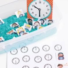 Descarga gratis material Montessori para aprender la hora. Fichas e imprimibles gratuitos inspirados al método Montessori para aprender la hora.