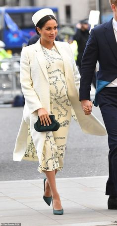 Meghan performed a quick outfit change, swapping a green Erdem coat for a chain print Victoria Beckham dress and green satin pumps as she arrived at Westminster Abbey Meghan Markle Prince Harry, Prince Harry And Megan, English Royal Family, Catherine Walker, Prinz Harry, Princess Meghan, Meghan Markle Style, Estilo Real, Prince Harry