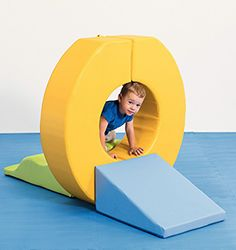 Avec cette demi-roue, l'enfant s'amuse tout en travaillant son équilibre ou le passage dessus/dessous. Elle se combine aux autres modules de la gamme Actimousse® pour créer des parcours de motricité riches et motivants.
