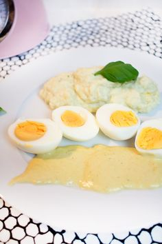 Zutaten 5 Eier 5 EL Senf 400ml Sahne (oder Milch) 50g Butter 1 TL Guarkernmehl* Gewürze: Brühe, Salz, Pfeffer Die Eier hart kochen. Derweil in einem Topf die Butter mit dem Guarkernmehl anschwitzen. Nach und nach die Sahne & Gewürze hinzugebenund mit einem Schneebesen vermengen. Anschließend den Topf vom Herd nehmen und den Senf unterrühren. Bei Bedarf nachwürzen, anschließend die geschälten Eier in die Soße geben und beispielsweise mit Blumenkohlpüree servieren! Guten Appetit!