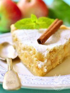 Soft apple pie and almond paste - Torta morbida di mele e pasta di mandorle: un dolce di un sapore tutto mediterraneo, con la più squisita pasta di mandorle. Da provare! Gluten Free Desserts, Easy Desserts, Delicious Desserts, Dessert Recipes, Torte Cake, Gateaux Cake, Biscuit Cake, Bakery Cakes, Almond Cakes