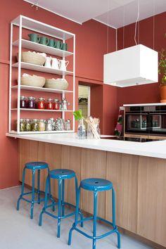 Produkter: FJÄLKINGE hylle, SINNERLIG kurv, KORKEN krukke med lokk, SINNERLIG mugge, SOCKERÄRT vase, RÅSKOG barkrakk, LÄCKERBIT ventilatorhette, KULINARISK ovn. Foto: Tor Lie