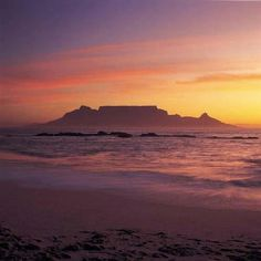View of Table Mountain from Blouberg Strand, Cape Town, South Africa. Sunset Painting Easy, South Africa Art, Africa Painting, Mountain Sunset, Sunset Beach, Beach Walk, African Sunset, Table Mountain, Most Beautiful Cities