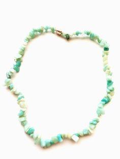 Diese Halskette haben wir in liebevoller Handarbeit mit zartblauen Chips Steine Perlen 6-9 mm auf ein Elastikband gefädelt. Die Wirkung ist durch die in sich abweichenden Formen super. Jede einzelne Perle ist einzigartig und unterstreicht den natürlichen Look. Diese Perlen sind ein Naturprodukt und können farblich abweichen. Die Länge ist ca. 44cm und dehnbar. Du bekommst deshalb ein Unikat! Die Bestellnummer ist ESK1017. 9 Mm, Band, Super, Beaded Necklace, Jewelry, Fashion, Semi Precious Beads, Natural Stones, String Of Pearls