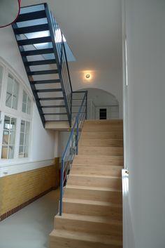 Stalen trap met stalen balustrade.