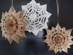 Vyrobte si překrásné vánoční hvězdy | Living.cz Crown, Ceiling Lights, Home Decor, Corona, Decoration Home, Room Decor, Outdoor Ceiling Lights, Home Interior Design, Crowns