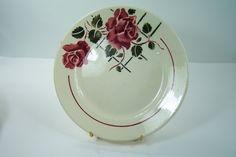 Assiette plate Badonviller Fenal modèle Simone  1905 blanche roses rouges feuillage vert vintage Made in France de la boutique…