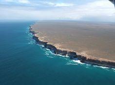 Bunda Cliffs in Australia: Is this the End of the World?  豪州南部、グレートオーストラリア湾の海岸の写真集。 断崖が続く風景が壮観。背後の陸地の平坦さも印象的(1枚目)。谷が形成されにくい理由は、石灰岩の上に堆積した飛砂が固結している、雨が少ない、地殻変動が微弱で岩の変形がほとんどない。  https://twitter.com/ogugeo/status/334070529885605888