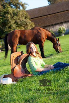 Senior portrait with horse. Copyright: Nicole Wilkinson Photography