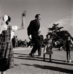 Salvador Dalí al Parc Guell, Barcelona 1950-1955. Foto de F.Català Roca