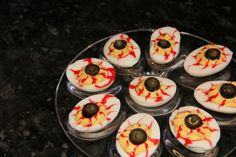 Bilden Sie Augäpfel aus Eiern zum Essen - Halloween - tarifler - Las recetas más prácticas y fáciles Hallowen Food, Halloween Party Snacks, Halloween Dinner, Halloween Food For Party, Halloween Eyeballs, Halloween Halloween, Buffet Halloween, Dulces Halloween, Halloween Appetizers For Adults