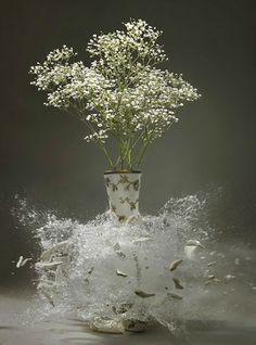 Flowers-In-Shattering-Vases-01.jpg (600×811)