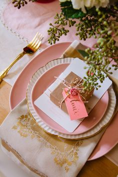 so cute with the personalized name tag. pink and gold tablescape setting