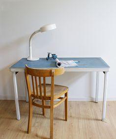 Stoere industriële tafel met blauw blad. Vintage metalen werkplek/bureau Gispen stijl