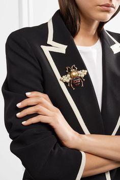 Gucci   Broche en métal doré, émail, cristaux et perles synthétiques Femme  Style, d38dd1a770e