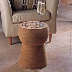 Que tal esse banquinho de apoio em forma de rolha? #wine #vinho #espumante #decor