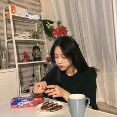 A new member joined the most popular K-pop group. Ulzzang Korean Girl, Ulzzang Couple, Aesthetic People, Aesthetic Girl, Girl Korea, Grunge, Uzzlang Girl, Christmas Aesthetic, Korean Aesthetic