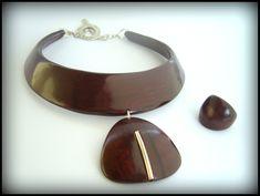 Karine Barrera/Akak - torque imitation bois ,pendentif lien argenté
